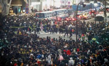 ハロウィーン当日、混雑する東京・渋谷駅前のスクランブル交差点