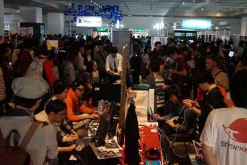 大勢の来場者で混雑するビットサミットの会場。国内最大級のインディーゲーム祭典として定着しつつある+(2018年5月、京都市左京区・みやこめっせ)