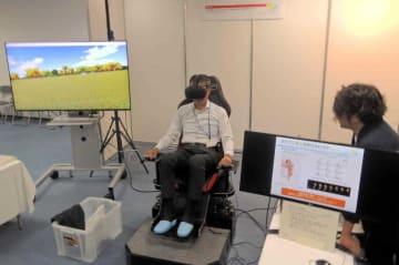 座ったまま歩行感を再現する装置(京都府精華町・NTTコミュニケーション科学基礎研究所)
