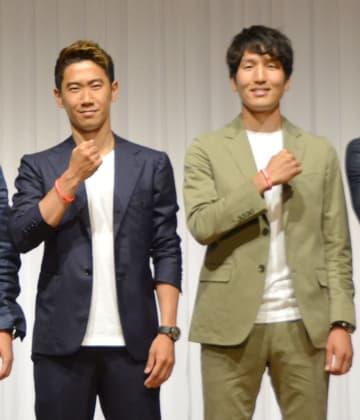東京都内でイベントに参加したサッカー日本代表の香川(左)と原口=30日