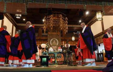 高らかに声明を唱えながら堂内を回る僧侶(30日午後0時8分、京都市左京区・三千院)