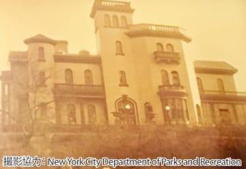 19世紀末のリッチフィールド・ヴィラ。当時は外壁が白く塗られていた。同建物は現在、公園管理塔
