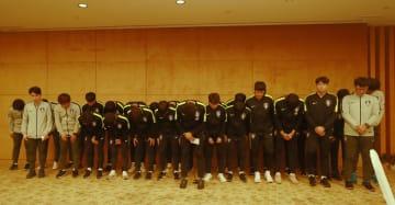 サッカーU-18韓国代表、優勝トロフィー踏み付け謝罪