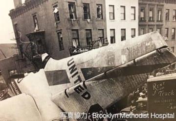 1960年ユナイテッド機墜落現場。住宅数棟が倒壊し、葬儀店、クリーニング店、デリが焼失した