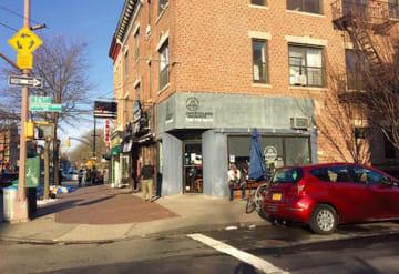 16ストリートとプロスペクトパーク・ウェストのかど。現在はカフェのある場所に「煙草屋」のセットが組まれた