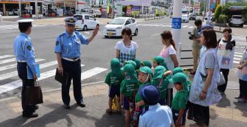 交差点で安全な位置を確認する保育士や園児ら=川棚町