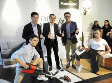 高級コードレス掃除機「MC—BJ980」を発表したパナソニック・マレーシアの関係者=29日、クアラルンプール(NNA撮影)