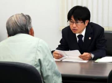 住民の相談に応じる山口県弁護士会の弁護士(奥)