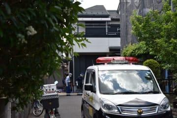 事件現場の住宅を調べる県警の捜査員ら=30日午前11時半ごろ、草加市旭町4丁目