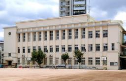 建て替え計画から一転、保存・活用の可能性が出てきた神戸市立春日野小学校=神戸市中央区宮本通7