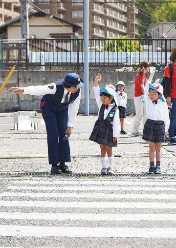 横断歩道を渡る園児