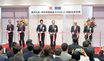テープカットを行う福田市長(左から3人目)ら関係者