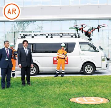 デモフライトを見る鈴木市長(左)と村上会長