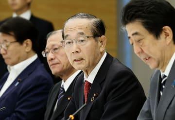 海洋プラスチックごみ対策の関係閣僚会議で発言する原田環境相(右から2人目)。右端は安倍首相=31日午前、首相官邸