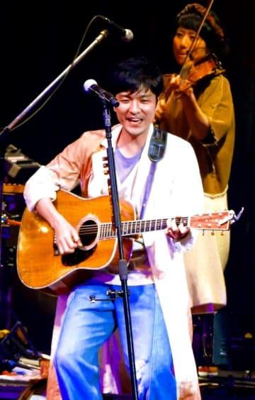 清涼感のある声で新旧合わせた曲を披露した森山直太朗=宜野湾市・沖縄コンベンションセンター