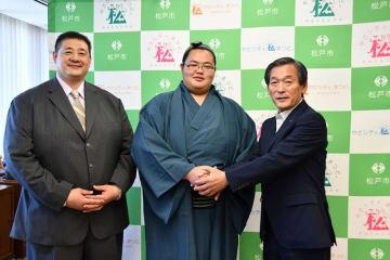 本郷谷市長(右)を訪問した新十両の琴ノ若(中央)と佐渡ケ嶽親方=30日、松戸市