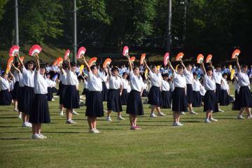 「『荒城の月』幻想」の演舞を披露する生徒たち