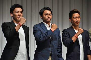 会見で基金団体の活動に参加を表明した柴崎選手(中)。左は桃田、右は香川両選手=30日、東京都内のホテル