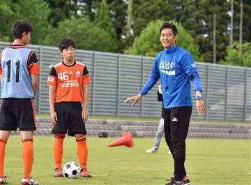 1対1の場面でのディフェンスの要点を説明する川口さん(右)