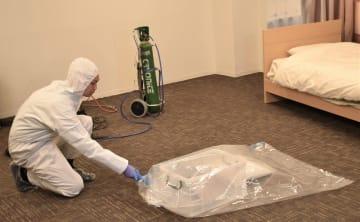 ダスキンでは、専用の容器に物品類を収めてドライアイスを噴射し密閉、高濃度の二酸化炭素を充満させることで駆除する新方法を開発。18年6月に特許を取得した