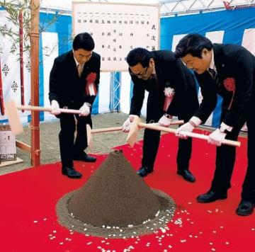 くわ入れする(左から)村井知事、佐藤社長、桜井町長