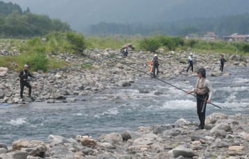 安曇川でアユ釣りを楽しむ釣り人(2015年6月13日撮影、滋賀県高島市)