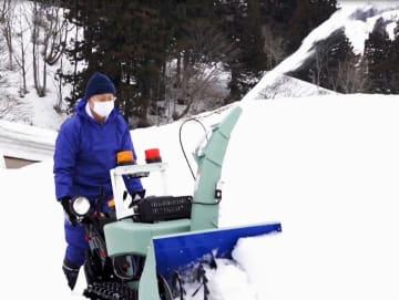 「歩行型ロータリ除雪機」を操作する男性(消費者安全調査委員会提供)