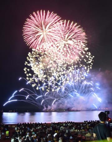 約7千発の花火が夜空を彩る逗子海岸花火大会(2018年)