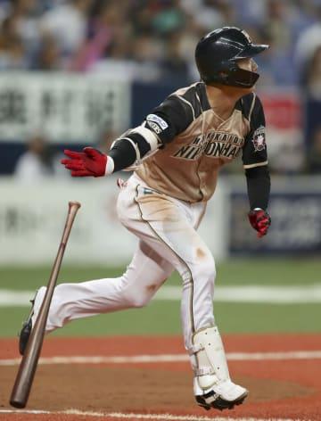 8回日本ハム1死満塁、平沼が中犠飛を放つ=京セラドーム