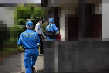 容疑者の自宅へ家宅捜査に入る捜査員=29日午前10時ごろ、川崎市麻生区(画像を補正しています)