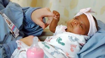 昨年12月に245グラムで生まれた女児の4月の様子=米カリフォルニア州サンディエゴ(SHARP・HEALTHCARE提供、AP=共同)
