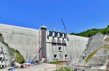 コンクリート打設完了が近づく八ツ場ダムの堤体=5月30日