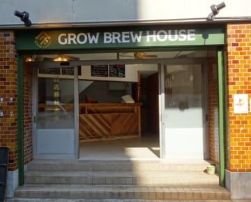 GROW BREW HOUSEのタップルーム入口、左のガラス戸には、近藤材木店の文字が残る
