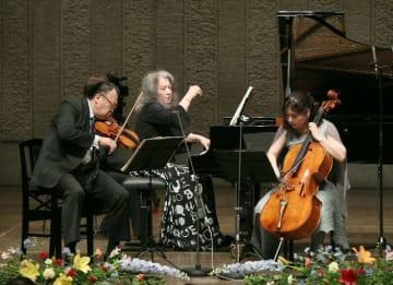 室内楽コンサートで演奏するマルタ・アルゲリッチ(中央)ら=31日午後、別府市のビーコンプラザ