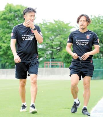 非公開練習後、ジョギングで汗を流した浦和の大槻監督(左)と平川コーチ=31日午前、さいたま市内