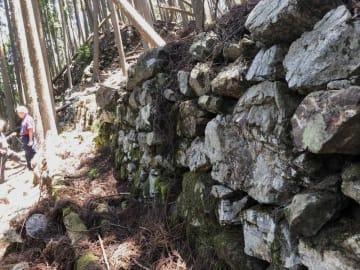 周山城跡には各所に石垣が残っている(京都市右京区京北周山町)