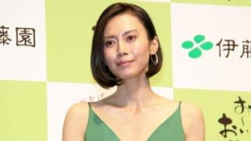 緑茶飲料「お~いお茶」の発売30周年記念記者発表会に登場した中谷美紀さん