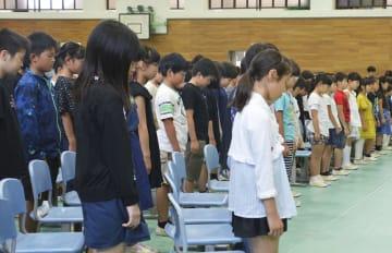 全校集会で御手洗怜美さんを追悼し、黙とうする児童ら=1日午前、長崎県佐世保市の市立大久保小学校