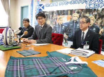 スコットランド代表チームの受け入れについて説明する田上市長(中央)=長崎市役所