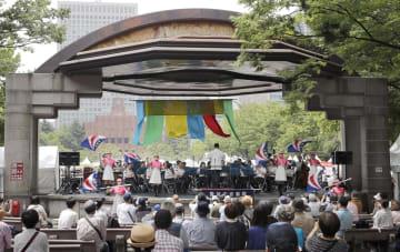 日比谷音楽祭が開幕し、吹奏楽を演奏する警視庁音楽隊=1日午前、東京都千代田区