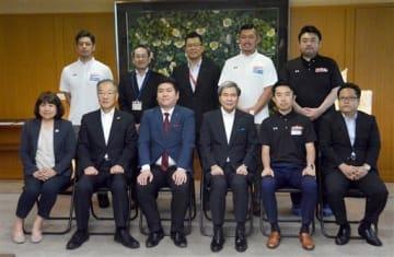 シーズン終了報告を終え、記念撮影する熊本ヴォルターズの保田尭之ヘッドコーチ(前列右から2人目)ら=31日、県庁
