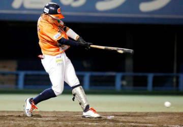 【愛媛MP―徳島】7回裏愛媛MP無死満塁、真山が左前に適時打を放ち、2―5とする=坊っちゃんスタジアム