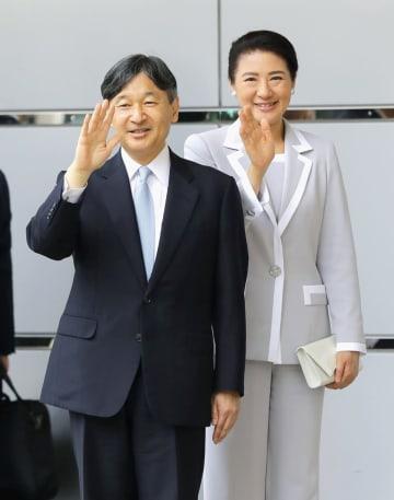 全国植樹祭出席のため、名古屋駅に到着された天皇、皇后両陛下=1日午前