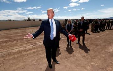 米メキシコ国境を訪れるトランプ米大統領=4月5日、米カリフォルニア州(ロイター=共同)