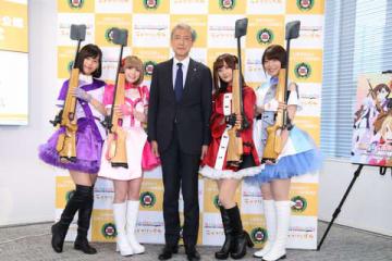 テレビアニメ「ライフル・イズ・ビューティフル」の会見に登場した(左から)熊田茜音さん、Machicoさん、日本ライフル射撃協会の松丸喜一郎会長、南早紀さん、八巻アンナさん
