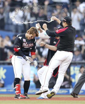 10回、サヨナラ打を放ち祝福されるロッテ・鈴木(左)=ZOZOマリン