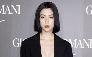 ファッションブランド「ジョルジオ・アルマーニ」の初のクルーズコレクションに来場した三吉彩花さん