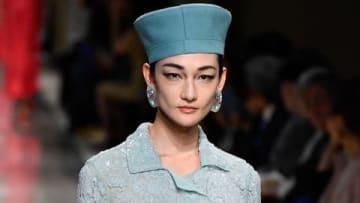 ファッションブランド「ジョルジオ・アルマーニ」の初のクルーズコレクションでランウエーを歩く冨永愛さん