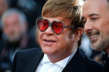 同性婚相手(右)と共にカンヌ国際映画祭の会場を訪れたエルトン・ジョンさん=5月16日、フランス・カンヌ(ロイター=共同)
