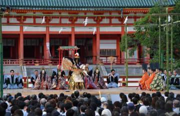 平安神宮を物語の舞台にした能「平安」。京都薪能で43年ぶりに披露され、神や天女が令和の平安を祈って舞った(1日午後6時24分、京都市左京区・平安神宮)